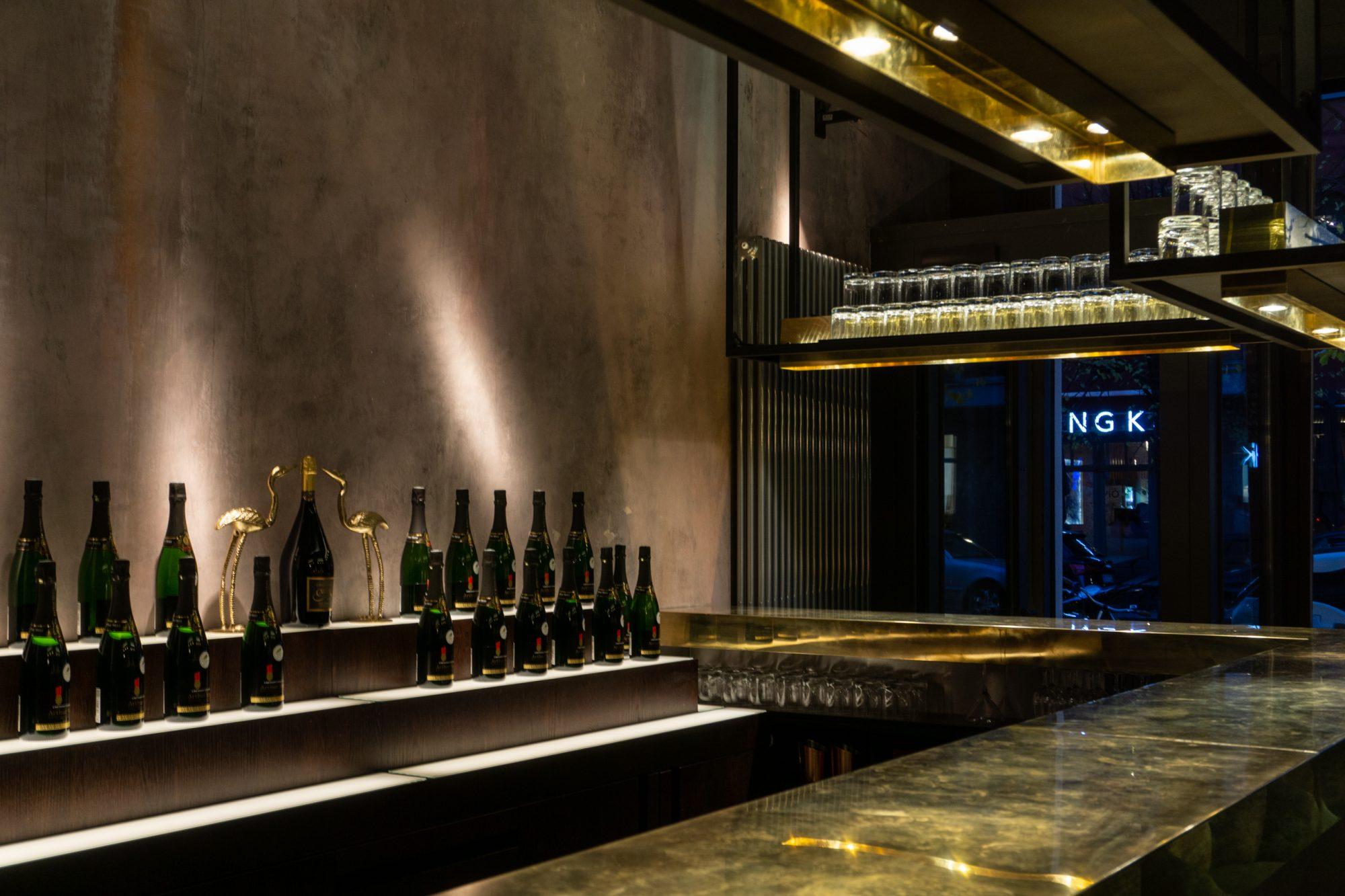 lindholz interior design brass bar