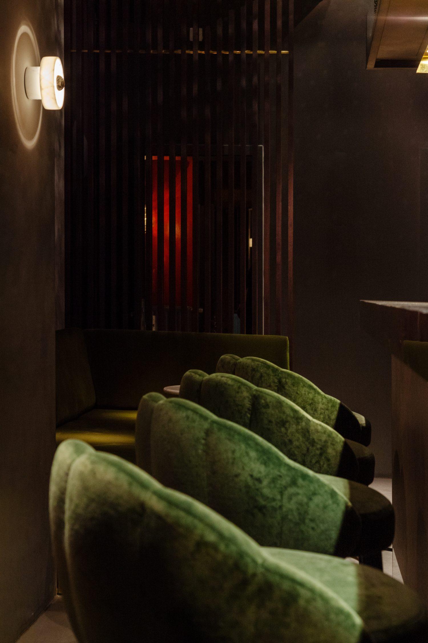 lindholz interior design built in trennwand holz samtsessel